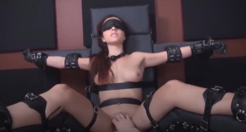 Bondage mit erzwungenem Orgasmus einer devoten Schönheit